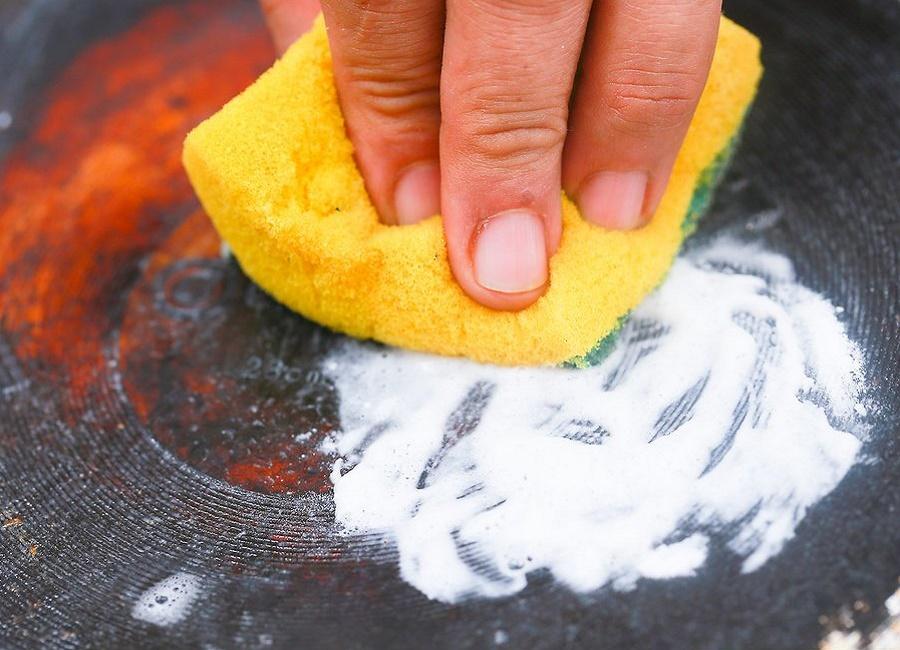 تمیز کردن پشت ماهی تابه سیاه