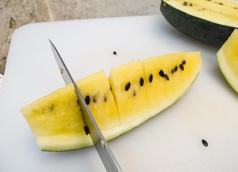 "Tutoriel de coupe de pastèque ""width ="" 790 ""height ="" 570 ""srcset ="" https://koorook.com/wp-content/uploads/2017/05/cut-watermelon-www.ehowtodo.ir-5.jpg 790w, https://koorook.com/wp-content/uploads/2017/05/cut-watermelon-www.ehowtodo.ir-5-300x216.jpg 300w, https://koorook.com/wp-content/uploads/2017 /05/cut-watermelon-www.ehowtodo.ir-5-768x554.jpg 768w, https://koorook.com/wp-content/uploads/2017/05/cut-watermelon-www.ehowtodo.ir-5- 104x74.jpg 104w ""tailles ="" (largeur max: 790px) 100vw, 790px"