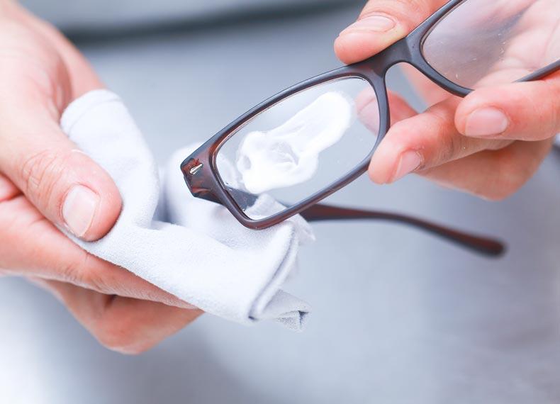 خش گیری شیشه عینک