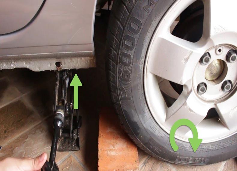 جک زدن زیر ماشین