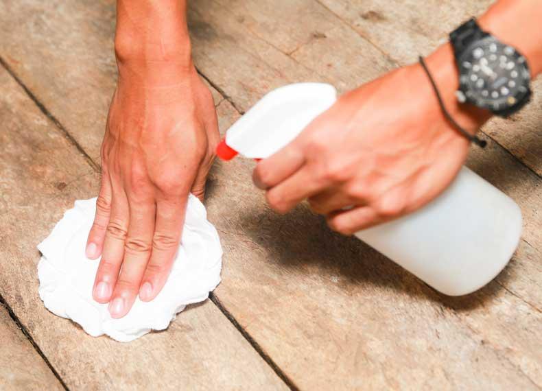 تمیز کردن مبلمان چوبی