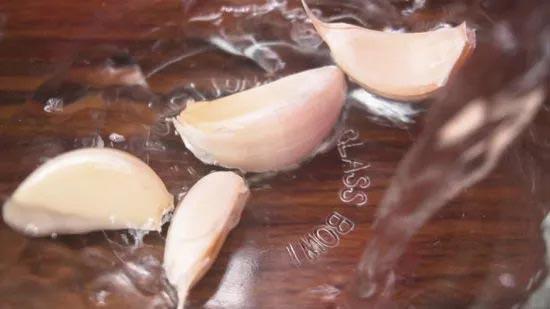 پوست کندن سیر با آب جوش